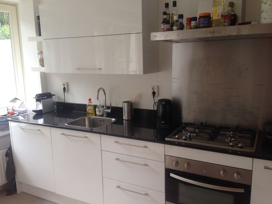 Fully equipped kitchen with a microwave, oven, dishwasher, nespresso machine, water boiler, etc.