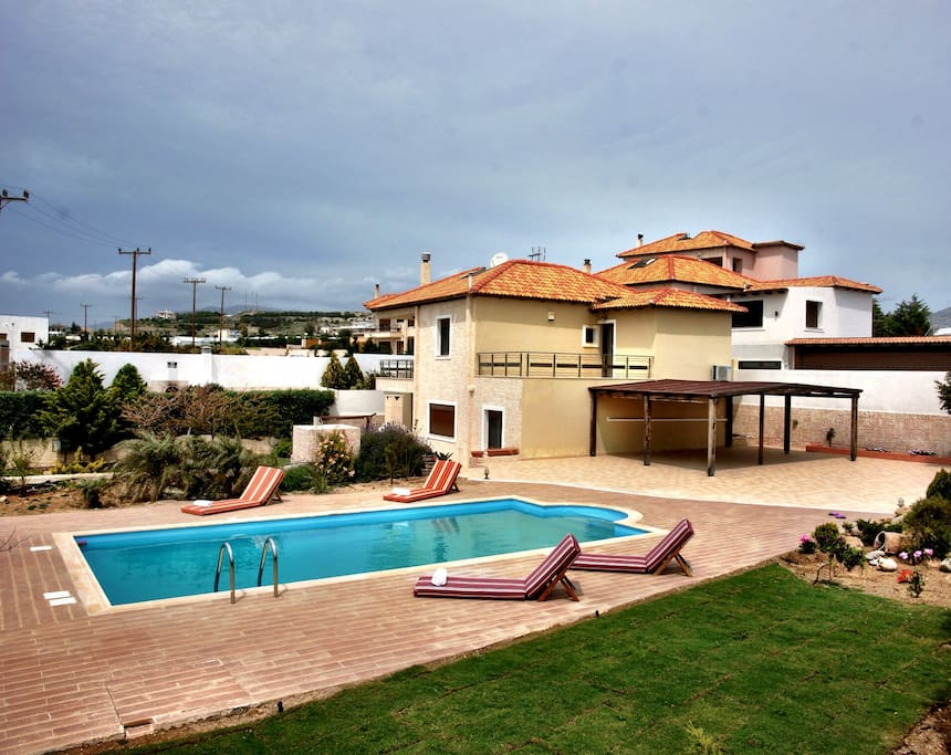 Exterior view of the villa, the pool and the garden