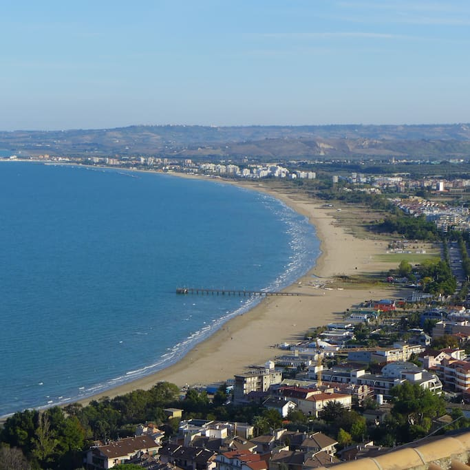 Vasto Marina beach 5 mins by bus/car