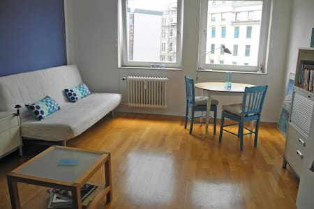 Very central location, private bath, 1 or 2 beds - Hamburg - Apartment