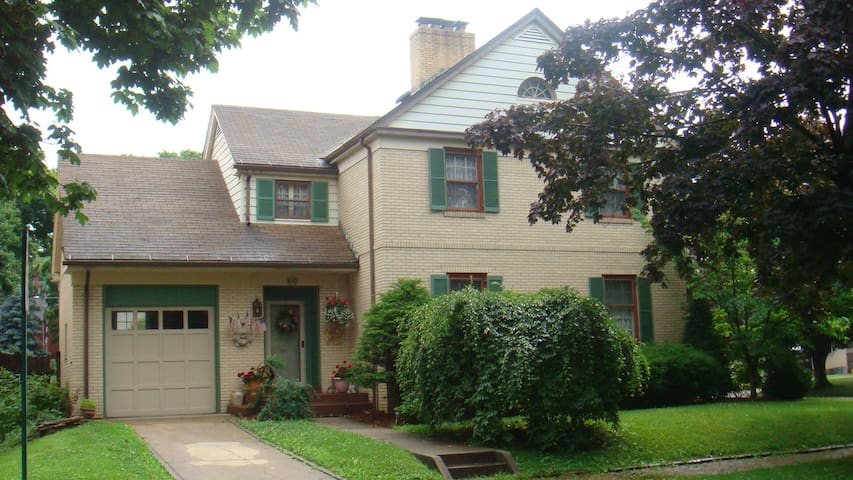 BnB on the Corner with two available bedrooms. - Kittanning - Bed & Breakfast