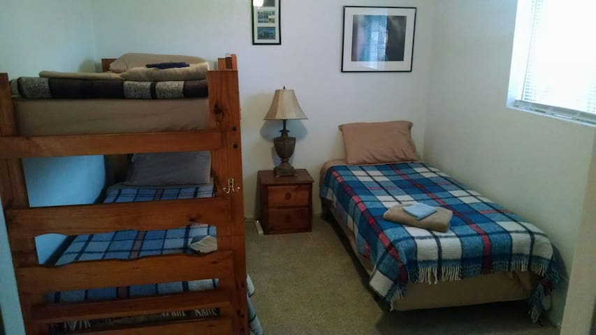 6 Dorm Style Beds Available Nightly - Nampa - Hus
