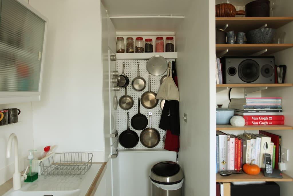 The sink, the peg board with all the pans.  L'évier, les poêles et casseroles.