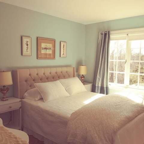 *Bunny's Burrow*; Queen Bedroom @HurdleHillFarm