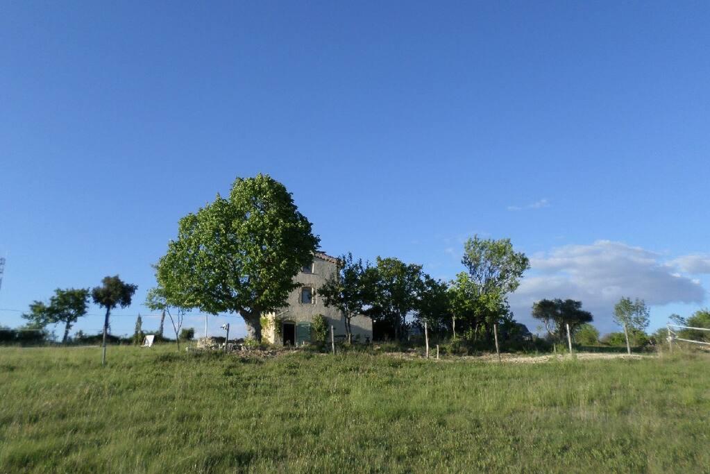 Une maison originale, tout confort, au calme sur 15000 m2 sans voisins.
