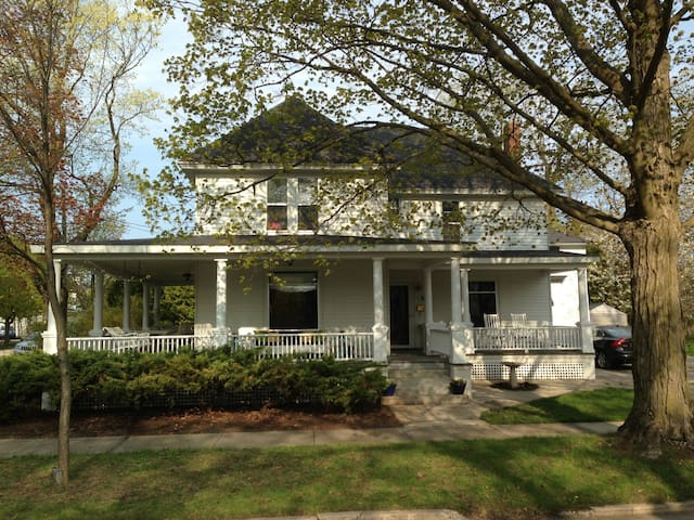 Classic Home 2 Blocks from Lake - Charlevoix - House