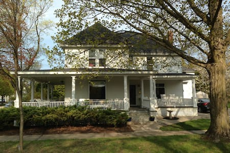 Classic Home 2 Blocks from Lake - Charlevoix - Haus