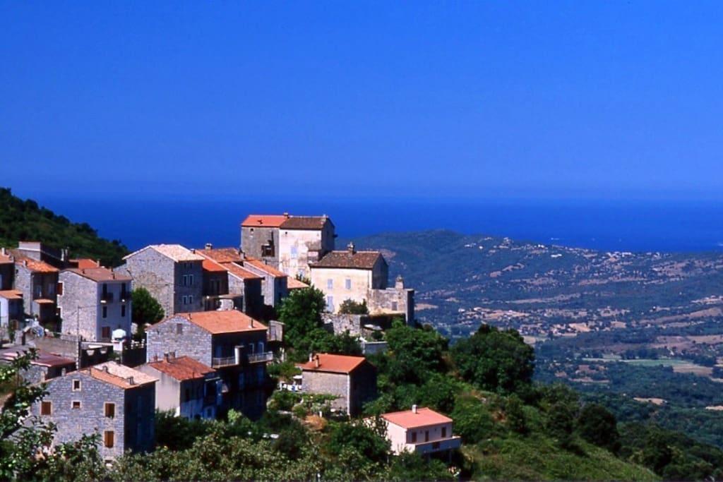 un village corse typique qui côtoie l'horizon et la méditerranée