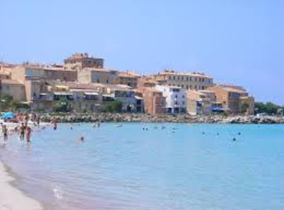Ile Rousse et sa magnifique plage en centre ville accessible à pied depuis votre chambre