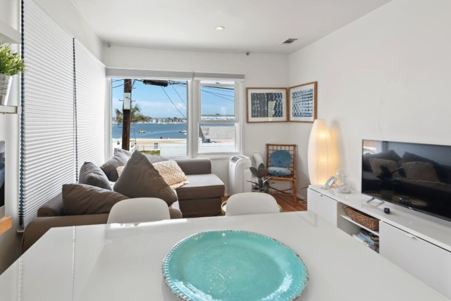 Views of Mission Bay from your apartment. Stylish furniture, clean quiet Small block of 3 . Twenty steps to the sand, two short blocks to the beach. Bike tracks at your door bikes, surf boards included Walking distance to everything in Mission Beach