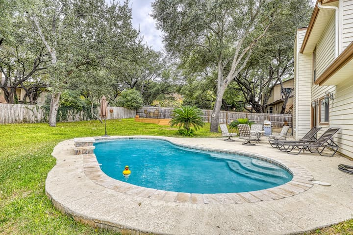 Dog-friendly chic home w/private outdoor pool, gas grill, & enclosed backyard