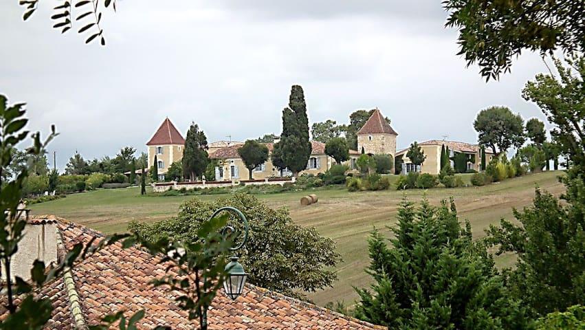 propriété à l'écart d'un typique village gersois.