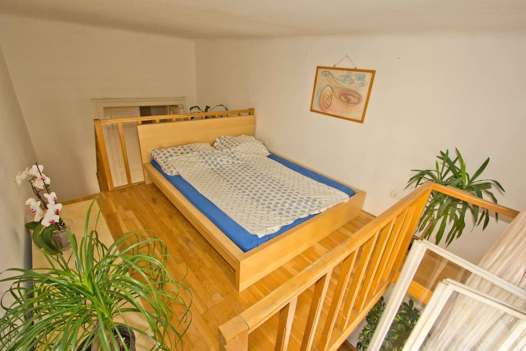 Room for 2(-3): upstairs: bed