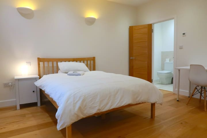 Ensuite room 2, Golders Green (meditation centre)