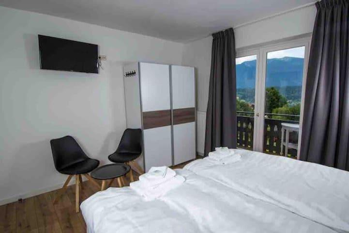 Kamer met eigen balkon badkamer incl. ontbijt. 7