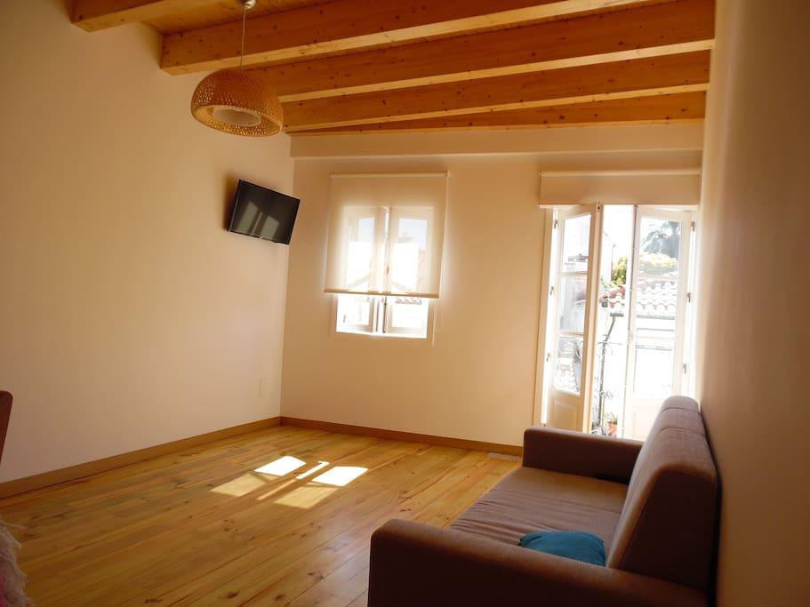 sala equipada com TV