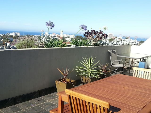 Private room in St Kilda Apartment.Stunning views!