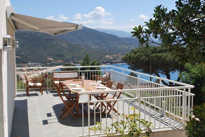 Grande villa, vue magnifique sur mer et montagne