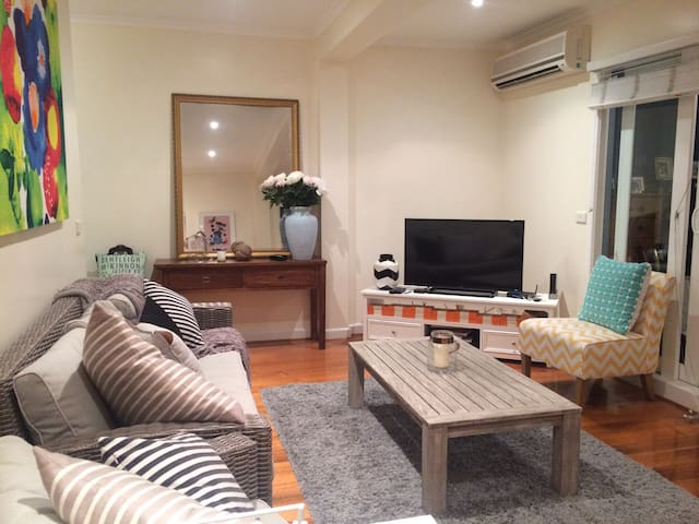 Gorgeous 2-bedroom + study apartment - Highett - Apartamento
