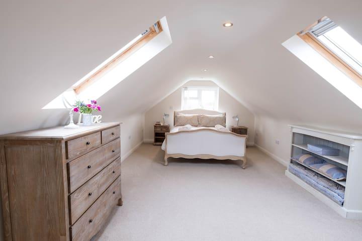 King size bedroom 1.