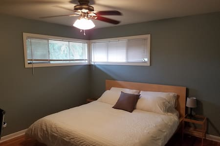 Clean, Quiet and Safe | No Cleaning fee | King bed - Vancouver