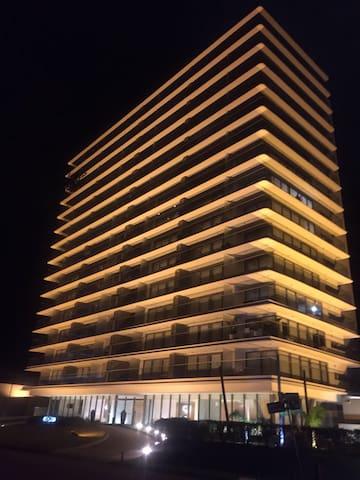 Edificio Chronos de noche