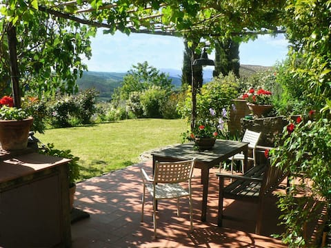 1600s Chianti cottage, perfect for remote-working