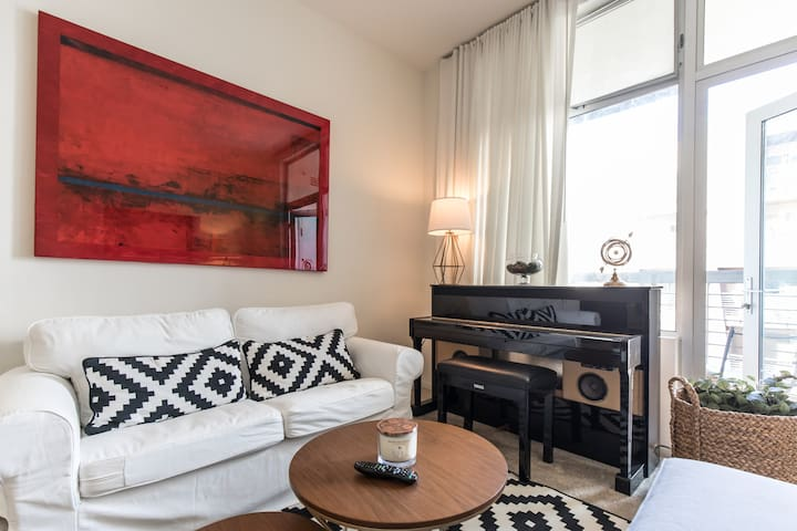 **LUXE HOLLYWOOD APT Only 5 mins to UNIVERSAL!! **