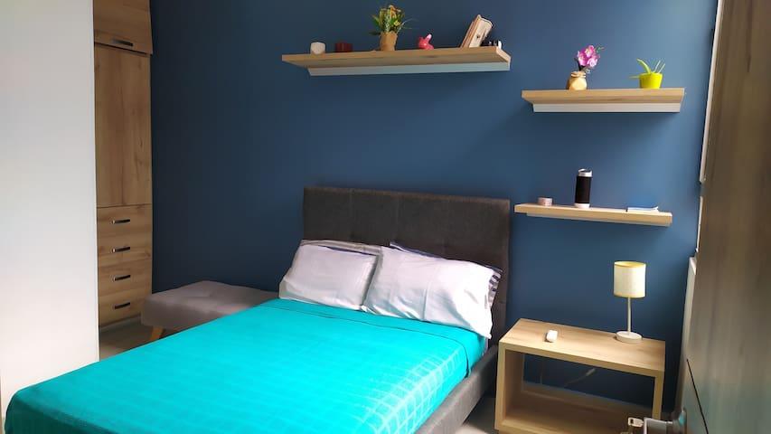 Alcoba principal, cama semidoble con closet, cómoda, baño privado con ducha, ventilador y TV 42 pulgadas con Directv.