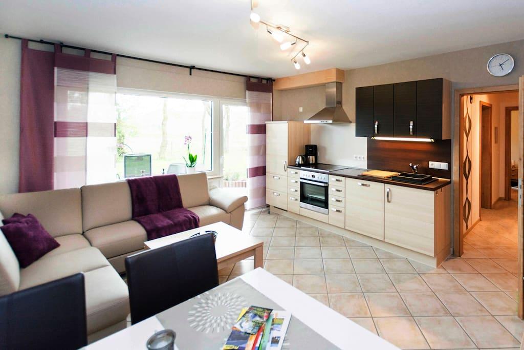 Blick Wohnbereich auf die Küchenzeile
