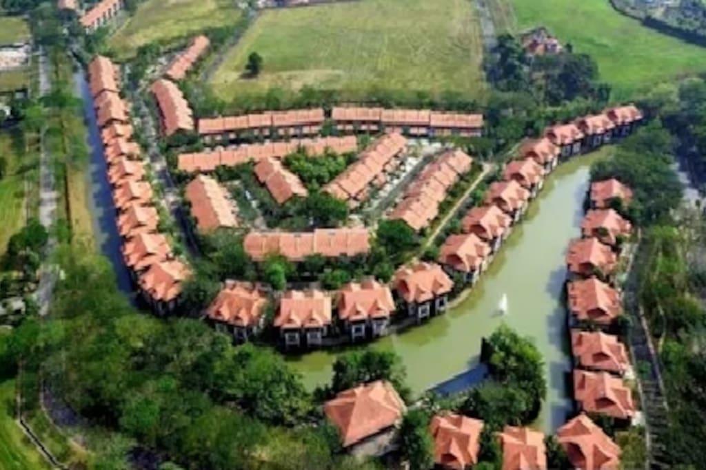 这里依河傍绿,自然景观优美宜人,是生活起居与大自然相依相融的世外桃源。