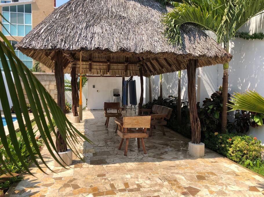 La palapa tiene más de 70 metros cuadrados ideal para suculentas parrilladas e interminables charlas y convivios
