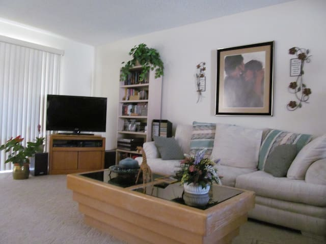 Your own room in our lovely condo!! - Mesa - Bed & Breakfast