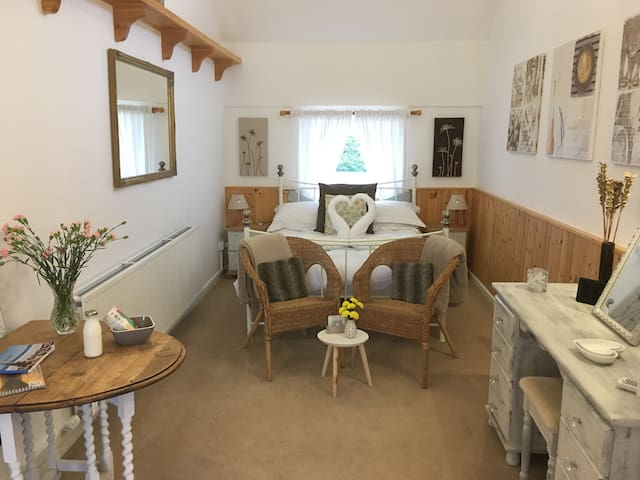 Romantic Cuddfan B&B with PRIVATE HOT TUB Anglesey