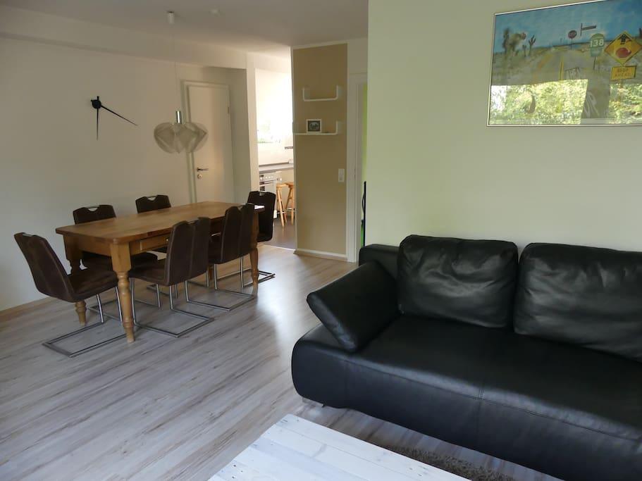 Blick vom Wohnzimmer Richtung Esstisch und Küche.