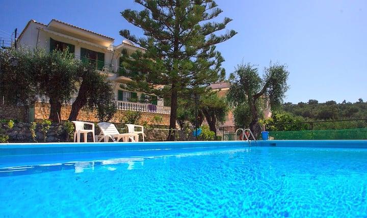 Fran Apt: 2 bedroom with Pool, near beach, A/C
