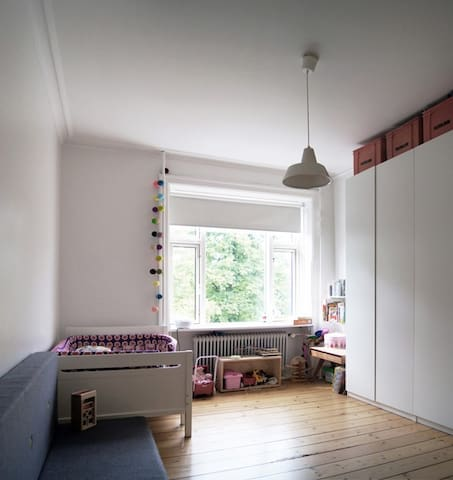 Childrens room/bedroom with a fold-out double bed