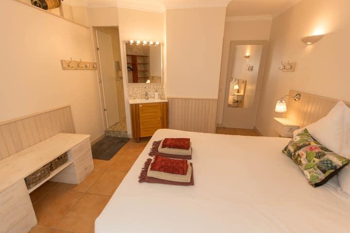 Chambre cosy, tout confort, coin SdB & WC privés E