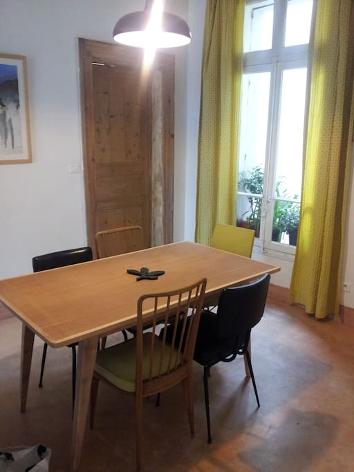 La pièce centrale de l'appartement, ouverte sur le salon me sert souvent d'atelier créatif ! Open with living-room, the dining room witch serve bathroom and bedrooms, is the central room of the flat. More than a dining room it's my handcraft center !