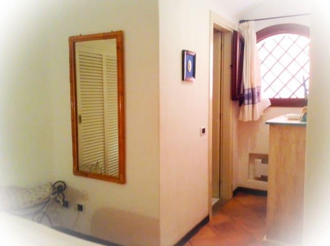 Camera da letto angolo finestra e accesso bagno