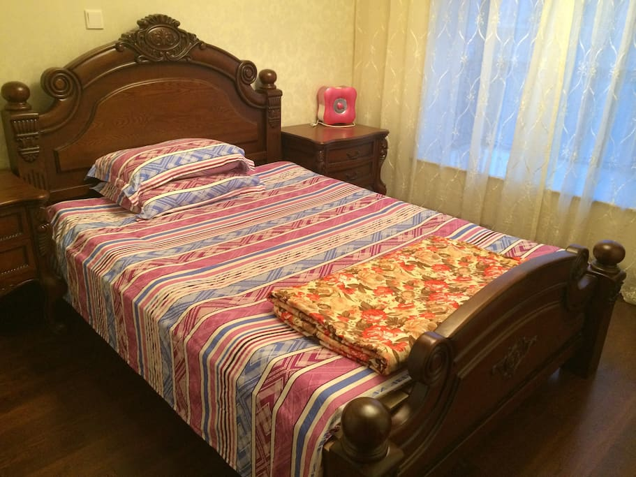 This is the guest room.  Clean sheets changed and clean towels are available. Shampoo and body wash are free to use.