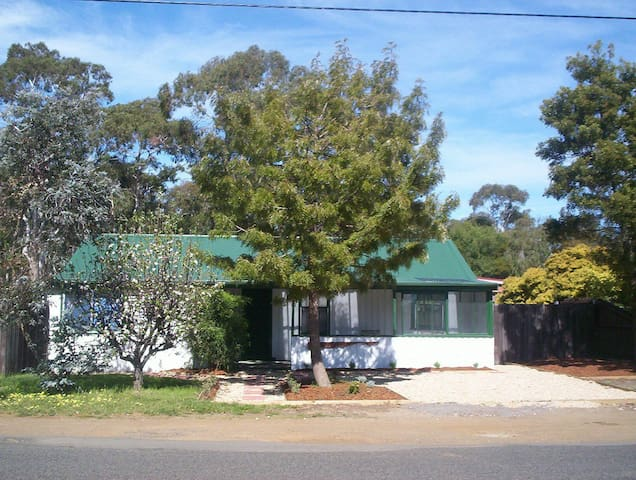 SUNWAYS COTTAGE  15 MIN FROM HOBART AT 7MILE BEACH