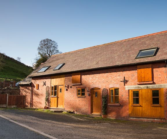 1 bed Barn Cottage - Stunning Views - Llangollen - House