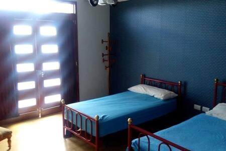 Acojedora habitación dentro de espaciosa casa