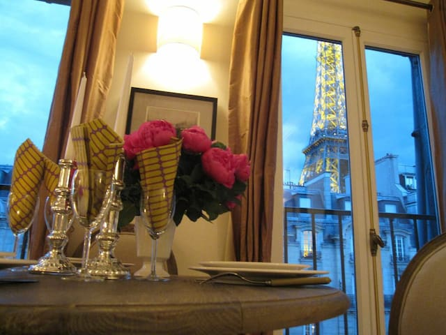 Direct view Eiffel Tower for 2/4 !