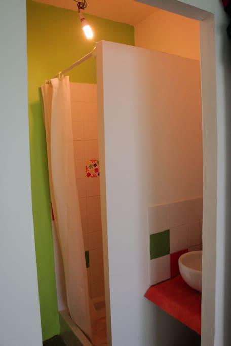 Petit lavabo et douche privatifs.