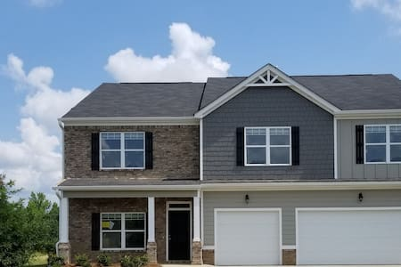 Spacious, 4 BR NEW build,  12 mi from the course!