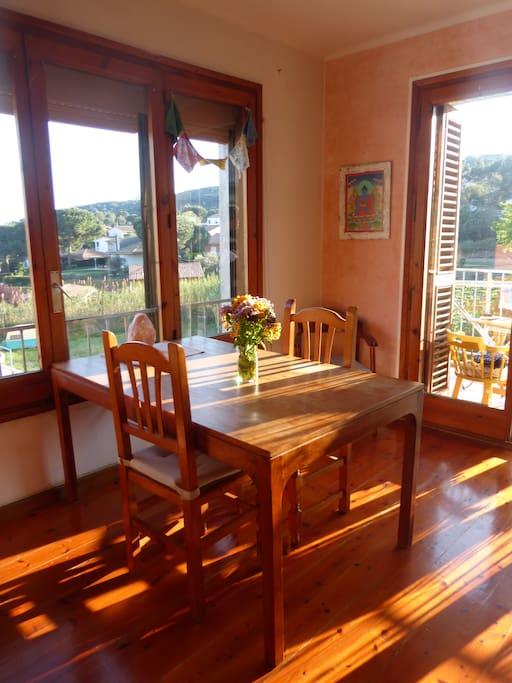 La mesa del comedor con mucha luz y bonitas vistas. Todas las ventanas de la casa tienen vistas a la naturaleza!