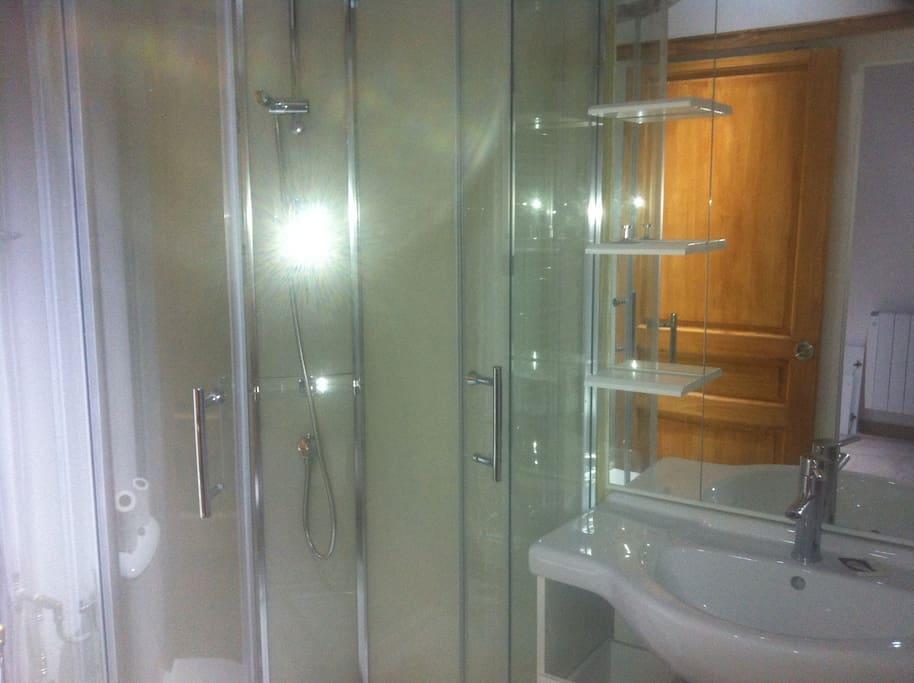 Salle de bain moderne, douche à pluie.