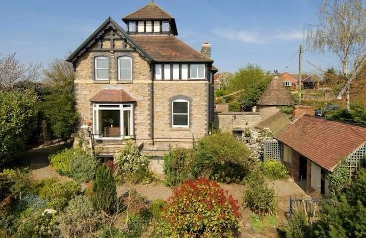 *New for April 17*  Highly individual Gothic Villa - Ludlow - Bed & Breakfast